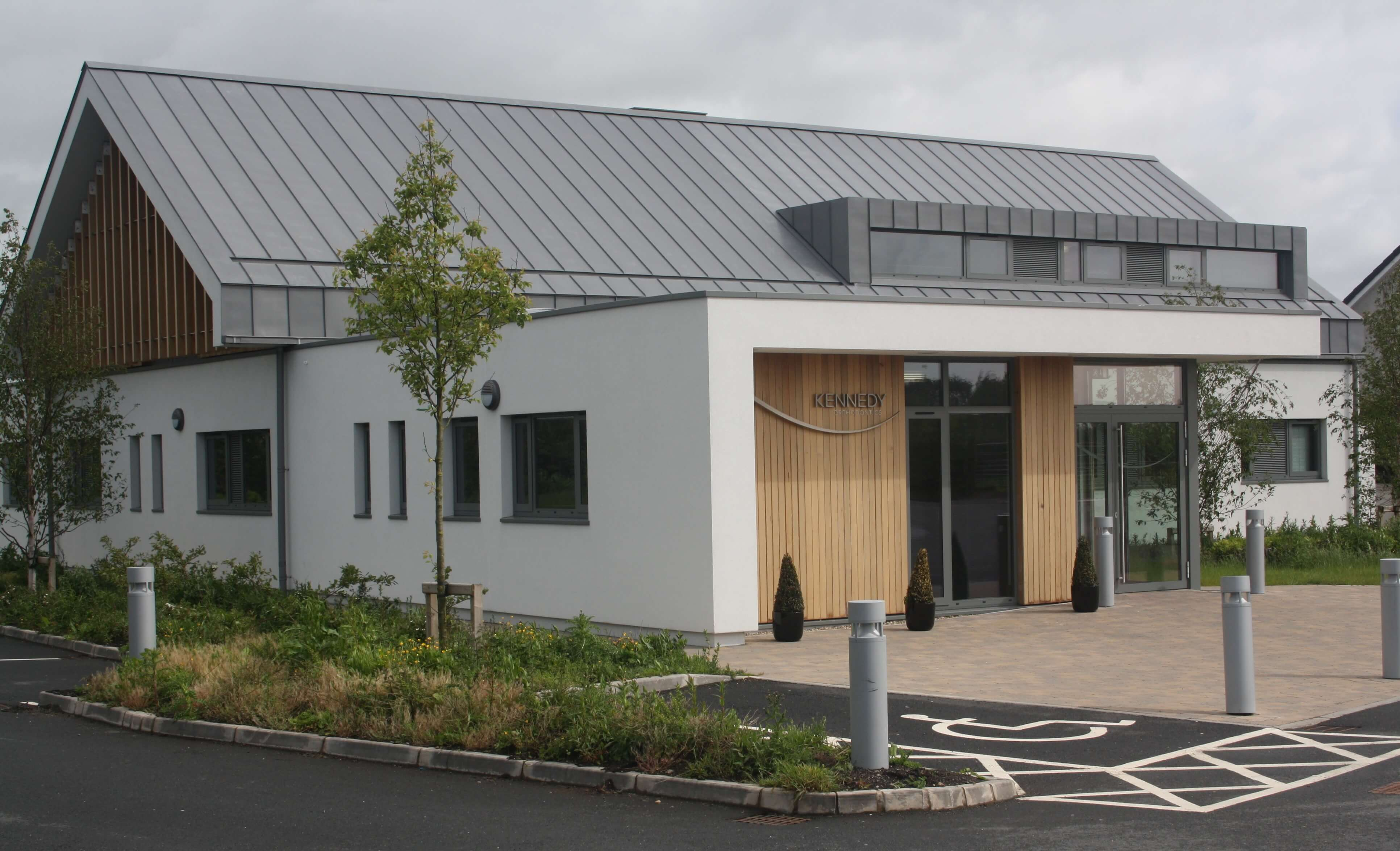 PROJECT: KENNEDY ORTHODONTICS, BALLYMENA ARCHITECT: HALL BLACK DOUGLAS ARCHITECTS MATERIAL. VM QUARTZ PLUS SYSTEM. TRADITIONAL STANDING SEAM