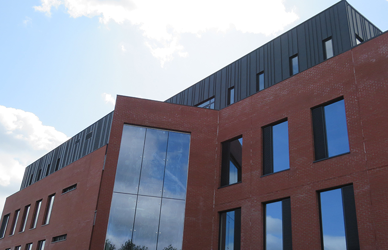 PROJECT: OFFICE BUILDING,WEAVERS COURT, BELFAST ARCHITECT: DOHERTY ARCHITECTS. MATERIAL: VM ANTHRA ZINC SYSTEM: TRADITIONAL STANDING SEAM CLADDING INSTALLER. EDGELINE METAL ROOFING LTD.